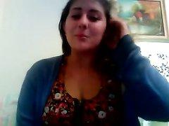 Молодая домохозяйка перед вебкамерой мастурбирует розовую щель пальчиками