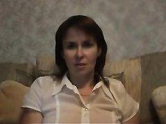 Русская развратница в домашней сцене показывает мокрую киску крупным планом