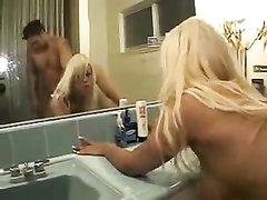 Гламурная блондинка занялась любительским сексом в ванной стоя в наклоне