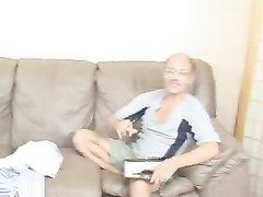 Молодая негритянка после куни сосёт белый член и трахается со зрелым любовником