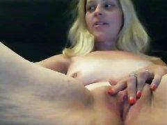 Загорелая зрелая блондинка по домашней вебкамере показывает влажную киску