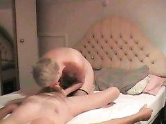 Подглядывание за зрелой блондинкой в чулках делающей любительский минет
