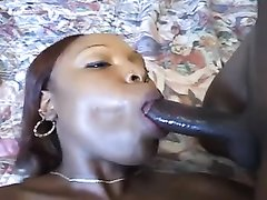Рыжая негритянка с большой попой сосёт чёрный член делая любительский минет