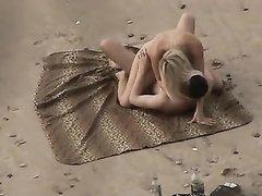 Любительское подглядывание за молодой парой трахающейся на каменистом пляже