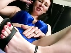 Домашняя мастурбация волосатой киски крупным планом и сквиртинг брюнетки