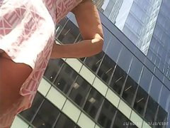 Возбуждающее любительское подглядывание под юбку фигуристой красотки на улице