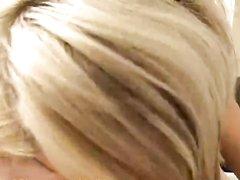 Ласковая блондинка сделав любительский минет трахается для окончания на лицо