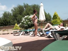 Домашнее подглядывание за фигуристой немкой в купальнике возле бассейна