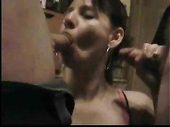 Групповуха со зрелой дамочкой делающей домашний минет от первого лица
