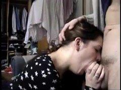 Молодая домохозяйка делая жёсткий минет с глубокой глоткой сосёт большой член