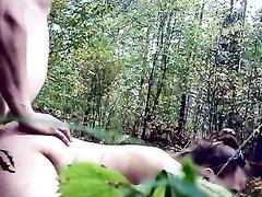 Русская молодая кокетка строчит любительский минет и трахается на природе