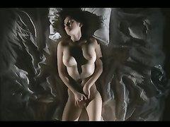 Красотка с большими сиськами наслаждается домашней мастурбацией в постели