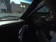 Блондинка на трассе поймав клиента строчит любительский минет в машине