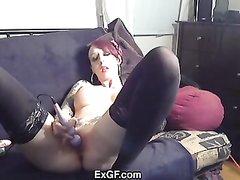 Молодая брюнетка перед вебкамерой занялась любительской мастурбацией