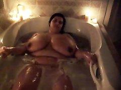 Любительская соло сцена со зрелой толстухой оголившей огромные сиськи в ванной