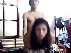 Латинская домохозяйка перед скрытой камерой трахается стоя на карачках