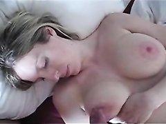 Домохозяйка сосёт головку и дрочит член для окончания на большие сиськи