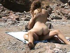 Скрытая камера на пляже снимает любительский хардкор с загорелой туристкой