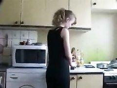 Молодая кокетка на кухне строчит любительский минет перед вебкамерой