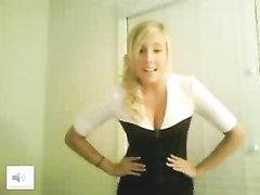 Блондинка решилась на стриптиз и любительскую мастурбацию по вебкамере