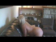 Зрелая фигуристая блондинка сделав любительский минет трахается с негром