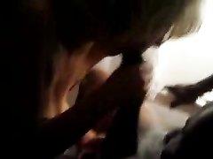 Зрелая блондинка делая любительский минет негру отсасывает чёрный член