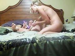 Лесбиянка с большими сиськами перед скрытой камерой шалит с любовницей