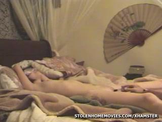 Молодая домохозяйка после мастурбации дрочит член массажиста в постели