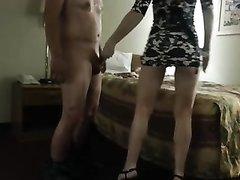 Любовник перед скрытой камерой лижет попу и трахнув блондинку кончает на лицо