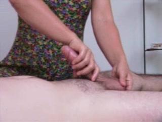 Искусная зрелая домохозяйка крупным планом дрочит член до бурного оргазма