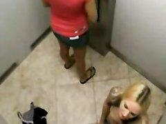 Блондинка сделав любительский минет трахается с мужем брюнетки в её присутствии