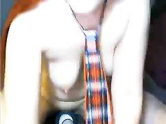 Рыжая соблазнительница возле домашней вебкамеры мастурбирует киску вибратором