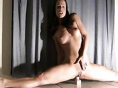 Домашняя соло сцена с молодой гимнасткой мастурбирующей киску в позе шпагата
