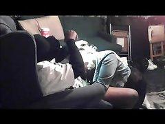 Белая развратница перед скрытой камерой чеканит домашний минет негру