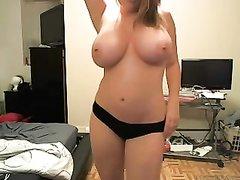 Фигурная домохозяйка перед вебкамерой оголила натуральные большие сиськи