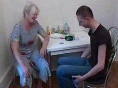 Зрелая русская блондинка отсосав член молодого любовника раздвинула ноги
