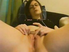 Широкобёдрая молодая кокетка мастурбирует бритую щелочку по вебкамере