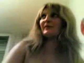 Зрелая блондинка с большими сиськами раздевшись отдалась молодому соседу