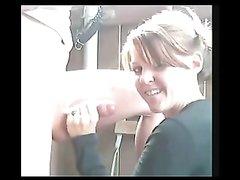 Зрелая дама возле вебкамеры строчит домашний минет с окончанием на лицо