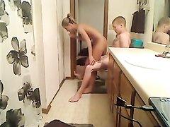Скрытая камера снимает любительский хардкор с блондинкой сделавшей минет