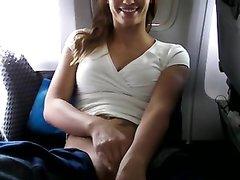 Пассажирка на борту самолёта наслаждается домашней мастурбации киски