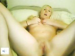 Стриптиз перед вебкамерой и домашняя мастурбация от молодой блондинки