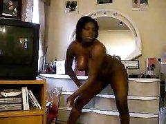 Любительский стриптиз по вебкамере от зрелой негритянки с большими сиськами