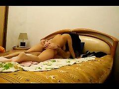 Смуглянка перед скрытой камерой наслаждается куни с минетом в 69 позе с любовником