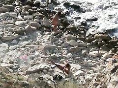 Любительское подглядывание за похотливой молодой парой на нудистском пляже