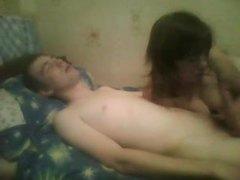 Русская брюнетка перед вебкамерой занялась домашним сексом с минетом