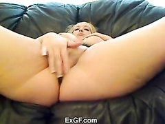 Любительская мастурбация блондинки с натуральными большими сиськами