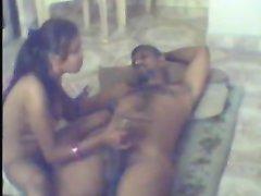 Скрытая камера снимает любительский секс со смуглой проституткой в отеле