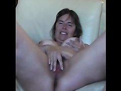 Зрелая женщина с большими сиськами разделась для любительской мастурбации
