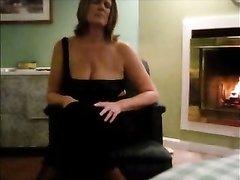 Зрелая дама в чулках оголив обвисшие сиськи наслаждается домашней мастурбацией